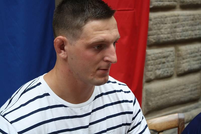 Po zranění se zúčastnil autogramiády v Hranicích.