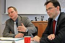 Podle ředitelů jihlavského závodu Bosch Michaela Schöllhorna (vlevo) a France Grubera se firma v příštím roce plně vrátí k pětidennímu pracovnímu týdnu. Otázkou zůstává, kdy přesně.