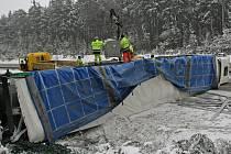 V pátek po poledni zablokoval 106. kilometr dálnice D1 ve směru Větrný Jeníkov – Jihlava převrácený kamion.