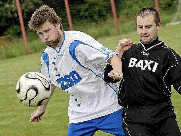 Fotbalisté Dobronína (vlevo Michal Skořepa) si jarní část soutěže užívají. S Pohledem si připsali už pátou výhru v odvetné části.