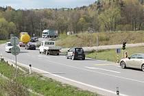 U Ráje. Řidiči si včera postáli na světlech při výjezdu z Jihlavy dlouhé minuty. Začala oprava hlavního tahu.