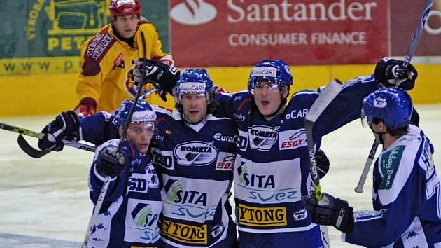 Brněnští hokejisté v první lize konečně vyhráli v normální hrací době, a odnesla to Dukla Jihlava.  Oprávněnou radost hostů po jenom ze tří gólů z povzdálí smutně sledoval jihlavský obránce Bedřich Ščerban.