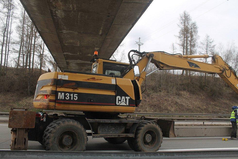 Umístit svodidla pod mostem bylo obtížnější, chlapi si s tím ale poradili.