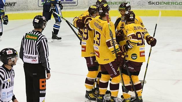 Celkem sedmkrát se mohli radovat ze vstřelené branky na vsetínském ledě hokejisté jihlavské Dukly.