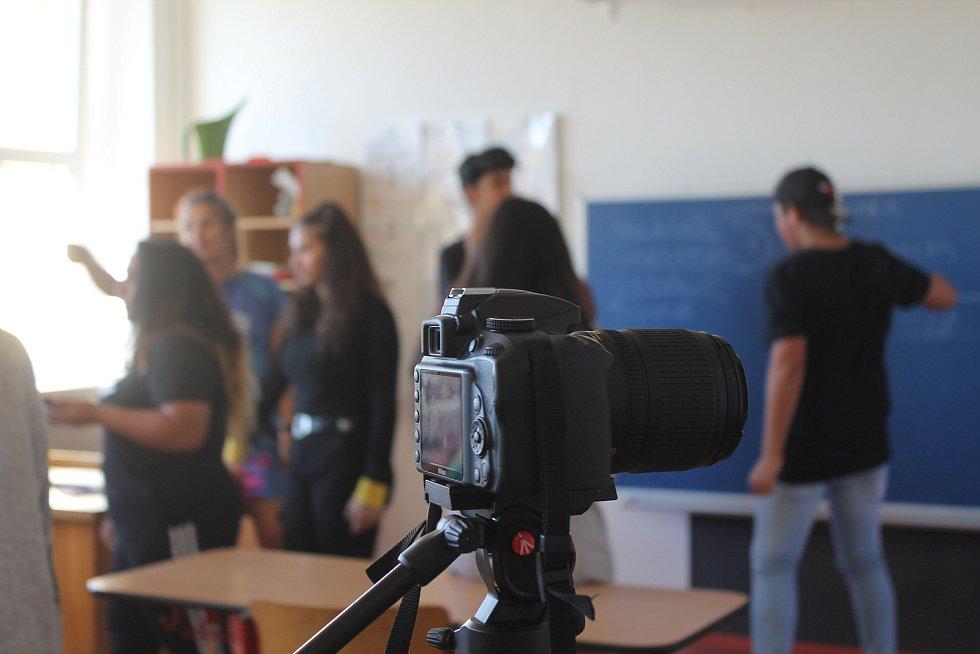 Žákům ZŠ  Jungmannova radila profesionální scénáristka a režisérka Zuzana Dubová, výsledek jejich práce bude na webu školy.