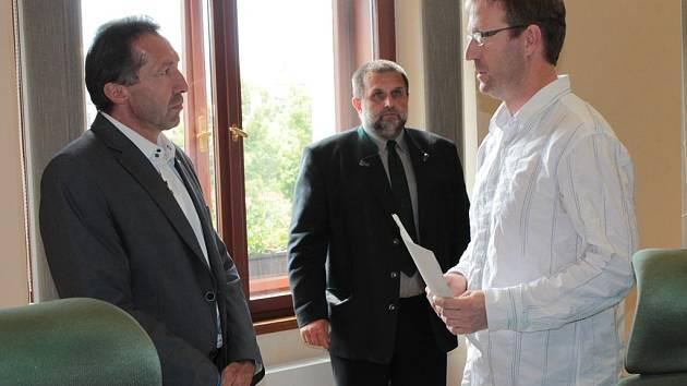 Vít Prchal ze sdružení Společně pro Vysočinu předává primátorovi Jaroslavu Vymazalovi podpisovou listinu s návrhem na referendum.