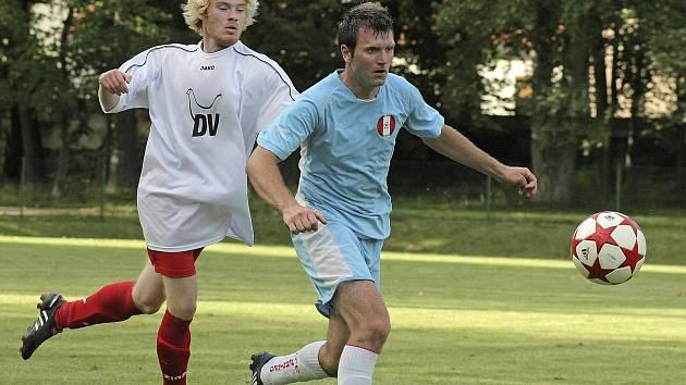František Kříž (ve světle modrém) v dresu Jemnicka ve své první sezoně v krajském přeboru. Dohromady hrál za svůj mateřský klub deset let.