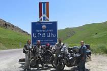 Manželé Sedláčkovi a Tomanovi letos v létě na motorkách procestovali Kavkaz.