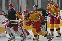 Jihlavští dorostenci (ve žlutém) se po pátečné porážce s Budějovicemi oklepali a na ledě Písku získali hodně cenné tři body do hry o play off.