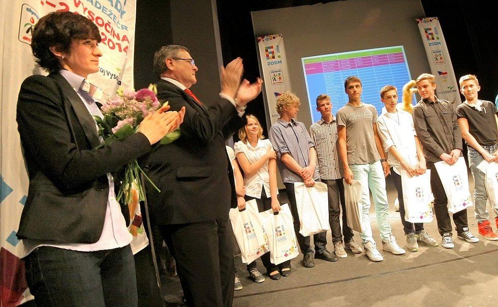 V jihlavském Horáckém divadle předávaly olympijské medailistky ocenění úspěšným reprezentantům Kraje Vysočina na 6. zimní olympiádě dětí a mládeže.