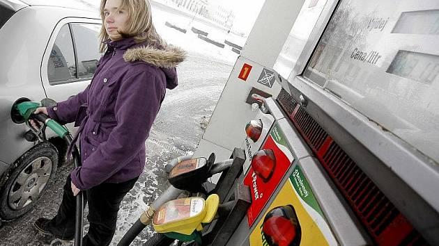 U benzinové pumpy Shell na Lidické ulici v Havlíčkově Brodě včera motoristé kupovali natural za třiatřicet korun a deset haléřů. Podle taxikářů lze ale ve městě koupit benzin i výrazně levněji.
