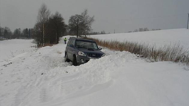 Ukradené auto našli policisté zapadlé v úseku neudržované silnice na Pelhřimovsku.
