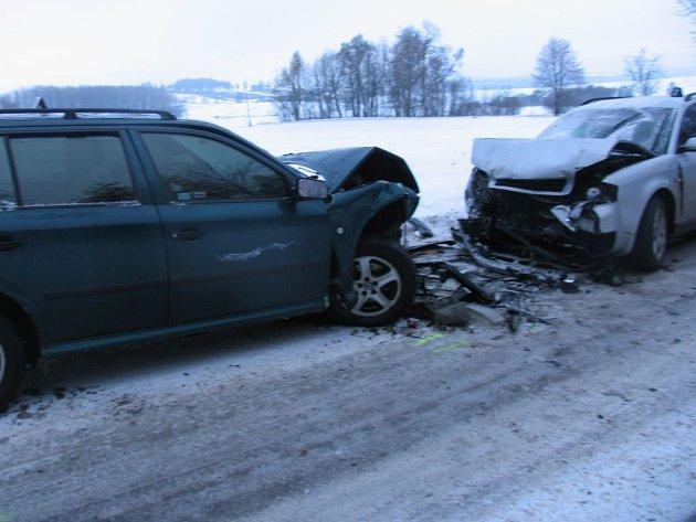 Ke střetu dvou osobních vozidel došlo mezi Hladovem a Starou Říší na Jihlavsku.
