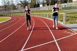 Lidé v Havlíčkově Brodě využili možnosti otevření sportovišť v rámci zmírnění zákazu volného pohybu osob. Dívky na atletickém oválu sportovního areálu Na Losích.