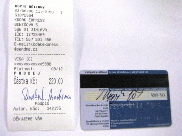 NESOULAD V PODPISECH. Mužský podpis na kreditní kartě a ženský na účtence z obchodu. Prodavači v krajském městě si tohoto rozdílu buď nevšimli, nebo ho mlčky přehlédli. Správně měli u pokladny kartu zabavit a znehodnotit.