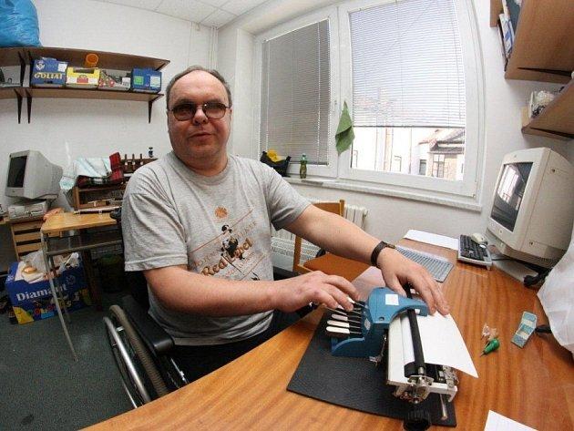 Nevidomí v Jihlavě soutěžili v psaní a čtení bodového písma.