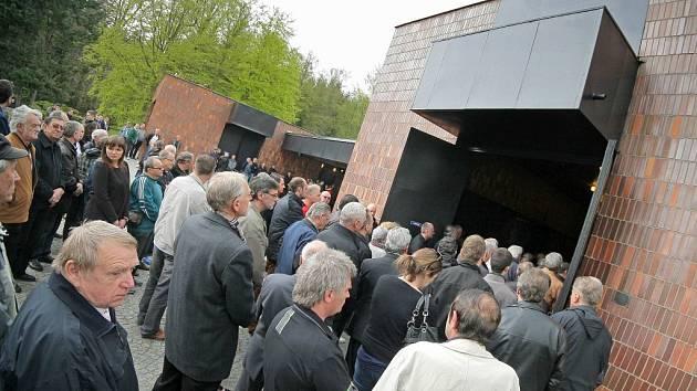 Lidé se dovnitř nevešli, sledovali pohřeb zvenku