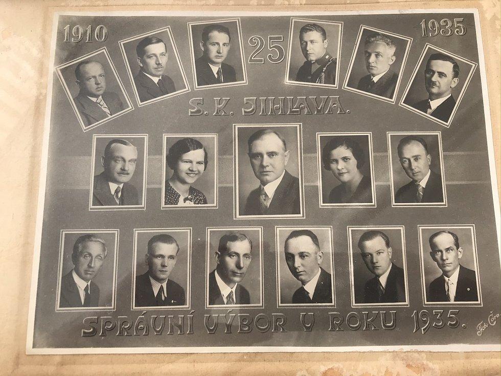 Tablo Správního výboru SK Jihlava v roce 25. výročí založení klubu.