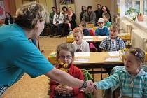 Učitelka Miroslava Dubová se seznamuje s Haničkou, která letos nastoupila do první třídy Základní školy ve Zhoři.