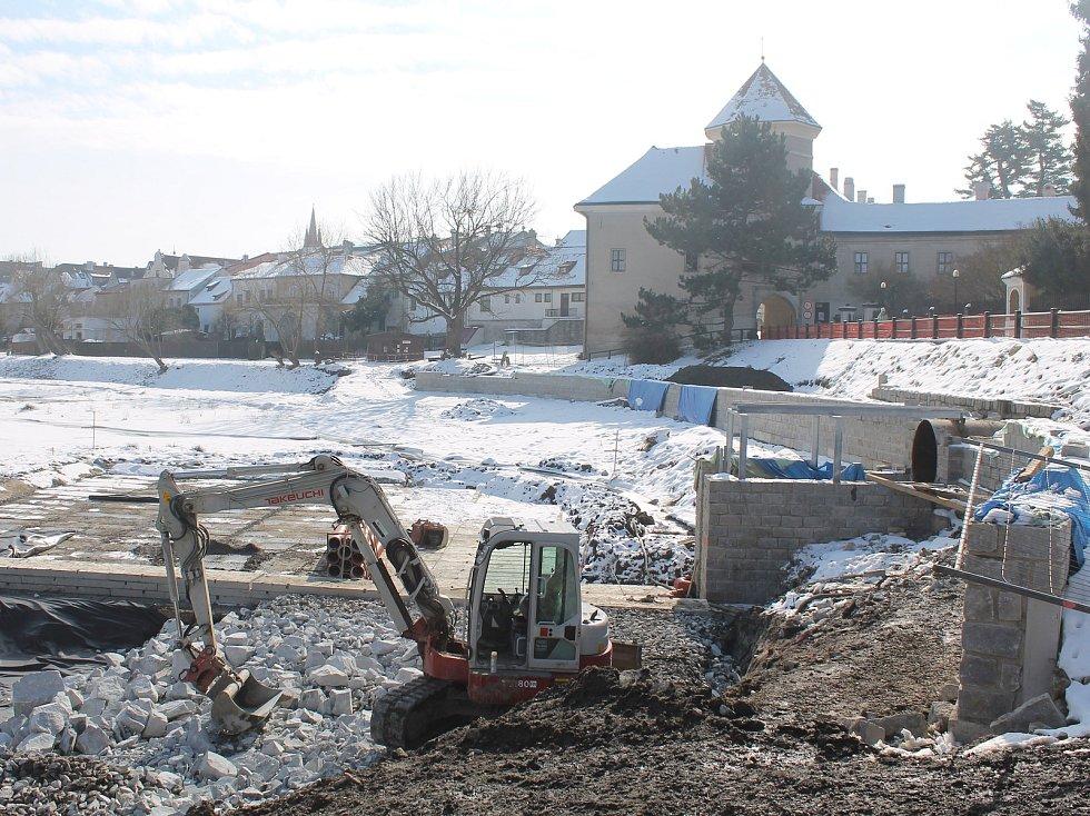 Bagry ještě Štěpnický rybník neopustily.