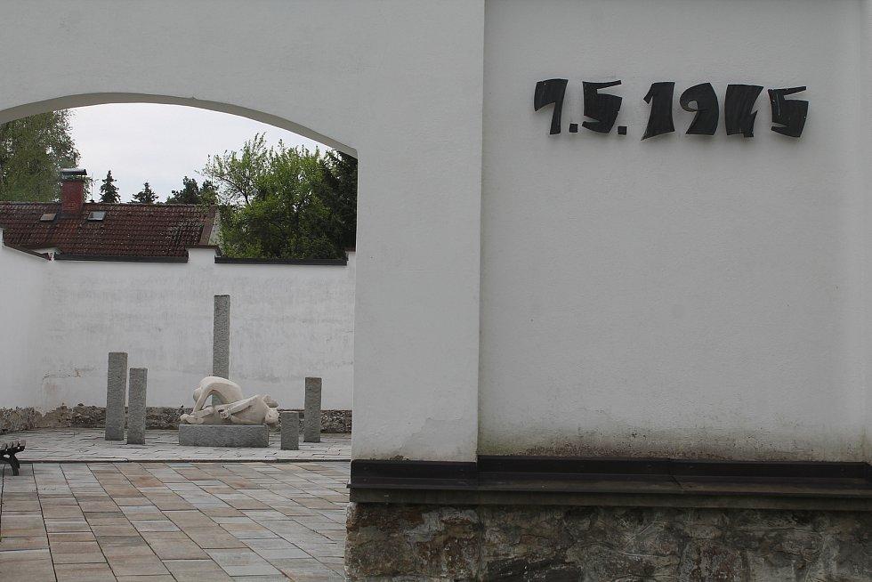Vězeňský dvůj v Třešti je pietní místo, kde byli 7. května 1945 zastřeleni místní občané. Tragédii  připomíná sousoší Oběti revoluce