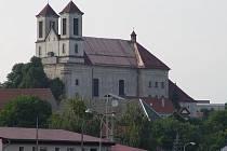 Se stavbou nového kostela se začalo v letech 1744. Vysvěcen byl roku 1768. Původní kostel je na fotografii vidět jako nízká budova přilepená k zadní části kostela.