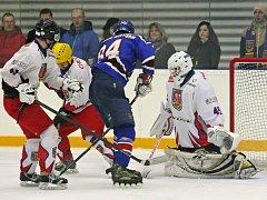 Hokejisté Telče (v bílých dresech) zvládli úvodní semifinálový mač ve Velkém Meziříčí a po výhře 5:1 mají blízko k vytouženému finále.
