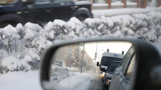 Krajští záchranáři přes určité komplikace zatím vždycky k akutním případům dojeli, vzdor tomu, že jejich vozy nejsou do sněhu ideální. Řidiči aut uvízlých na silnicích se jim prý sami snaží uhnout.