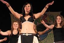 Přestože je Hučka především divadelním festivalem, vystoupit na něm mohou i zástupci jiných druhů umění. Pestrá byla i nabídka tanečních vystoupení, kde nechyběl břišní tanec ani balet.