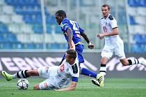 Zmar. Jihlavští fotbalisté zahodili proti Hradci Králové velké množství brankových příležitostí. V jedné z nich selhal také Augusto Batioja (v modrém).