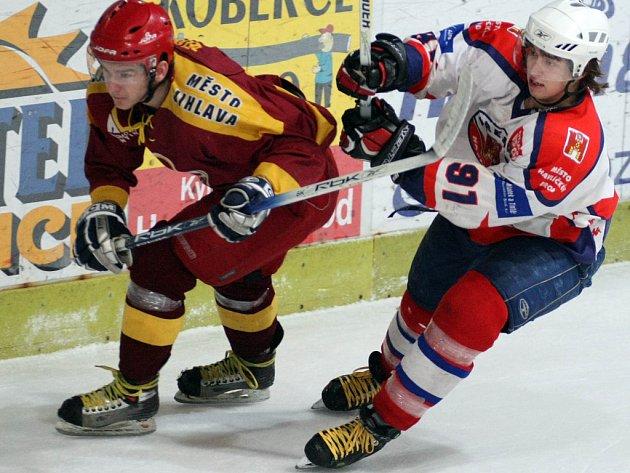 Hokejoví junioři Jihlavy (vlevo Jan Zelený) se i přes špatný páteční výkon prokousali k cenné výhře 3:2 nad Orlovou. Nedělní utkání proti nepříjemné Kometě Úvoz zvládli svěřenci trenéra Aleše Tottera lépe a vyhráli 4:1.