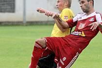 Robinu Demeterovi (v červeném) po roce nevyšla další ligová štace. V Dukle Praha sice zanechal velmi dobrou stopu, ovšem klub z Julisky nakonec upřednostnil kmenového hráče Sparty Praha Zinedina Mustedanagiče.