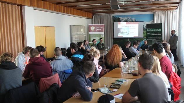 Informace o Univerzitě obrany si přišlo vyslechnout několik desítek studentů.