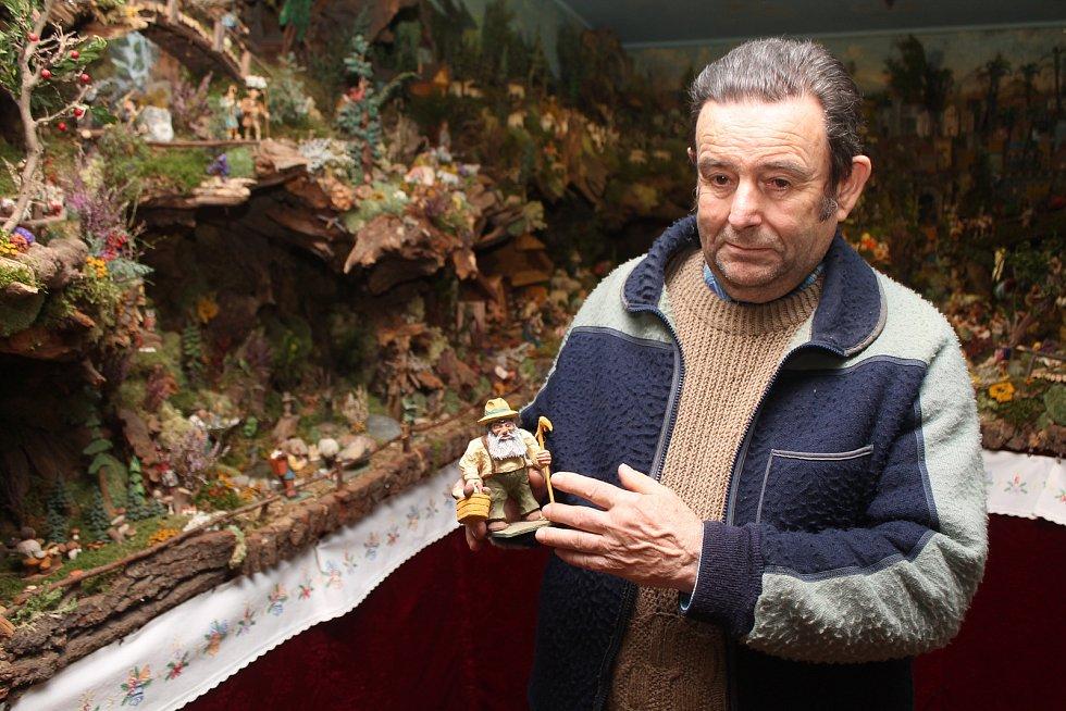 Jan Bukvaje se kolem betlémů točí od dětství, svůj vlastní betlém má přes padesát let.
