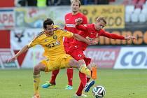 Ofenzivní záložník Tomáš Kučera (ve žlutém dresu) svedl s brněnskými zadáky nejeden ostrý souboj. Jihlava se vrátila na vítěznou vlnu, když přerušila sérii tří zápasů bez výhry.