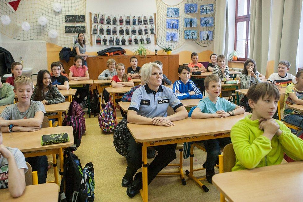 Policejní přednáška na ZŠ Havlíčkova v Jihlavě pro žáky páté třídy o bezpečnosti a komunikaci s policií.