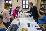 Sčítání darovaných peněz ze Tříkrálové sbírky v Oblastní charitě Jihlava.