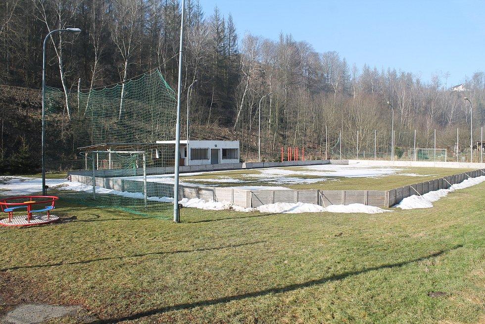 Tající kluziště, kterým je Malý Beranov každou zimu celkem unikátní - stačí na trávu napustit vodu z blízké řeky.
