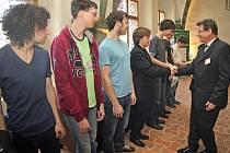 Z pořádajícího Gymnázia Jihlava se mezi úspěšné účastníky dostal Viktor Němeček (čtvrtý zleva), pro kterého to byla premiérová účast v celostátním kole.
