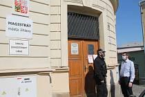 Je to v klidu. Strážník před budovou žvnostenského úřadu diskutuje s vedoucím odboru Janem Kubištou.