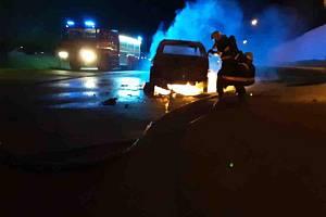 Jihlavští profesionální hasiči zasahovali u požáru osobního vozidla v Pístově.