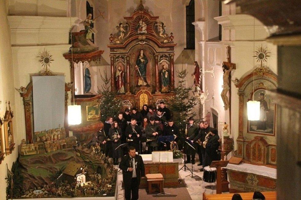 Bohatý kulturní život. Ve Zhoři závěr minulého roku obstaralo Vánoční vytrubování, začátek toho letošního pak Novoroční vyběhnutí.