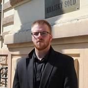 Petr Jelínek z Jihlavy alias youtuber Pstruh103 před Krajským soudem v Brně.