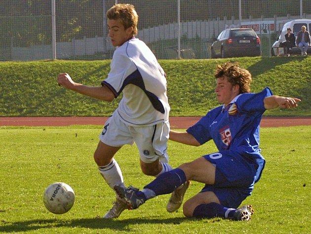 Mladší dorostenci Jihlavy (v modrém) vedli v Opavě už 3:0, ale domácím se utkání povedlo zdramatizovat. Vysočina nakonec těsné vítězství 3:2 udržela.