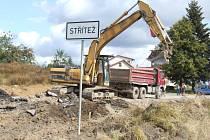 Bagry pracovaly na okraji Stříteže. Druhá etapa prací přemístí stroje blíž k logistickému centru Jipocaru. Změna přinese dopravci větší problémy než dosud.
