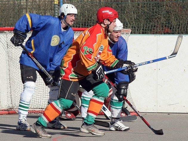 Hokejbalisté Jihlavy (v oranžovém) proti Malenovicím nezaváhali a potvrdili své postavení v tabulce.