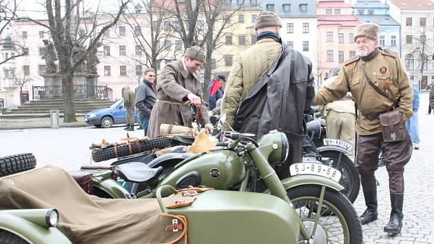 Historická vozidla zabrala náměstí