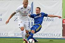 Vladimír Kuloľ (na snímku vpravo v souboji s Petrem Reinberkem) se postaral o jedinou branku týmu.