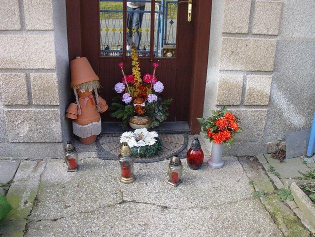 Před domem, kde k dvojnásobné vraždě došlo, jsou stále svíčky a květiny. Lidé je sem nosí z úcty ke svým sousedům a doufají, že jejich vrazi budou brzy dopadeni a potrestáni.