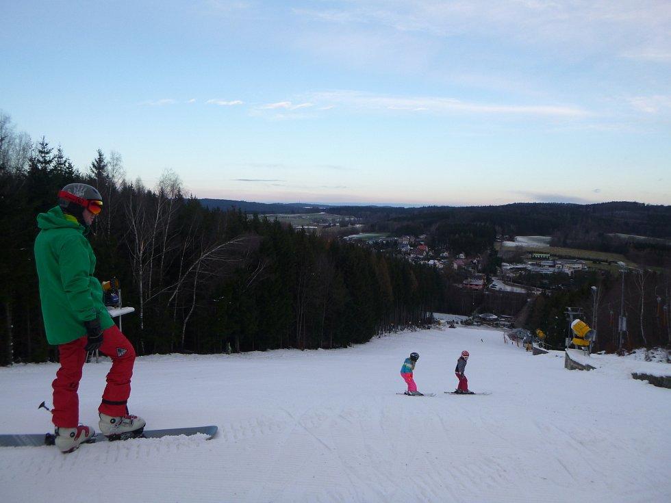 První lyžaři na sjezdovce Šacberk.